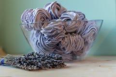 Caramelle gommosa e molle viola nella forma di rose Fotografia Stock