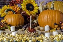 Caramelle gommosa e molle e zucche delle arachidi del cereale di schiocco di Candy Apple fotografia stock