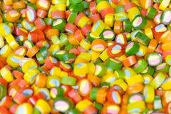 Caramelle multicolori in deposito come fondo Fotografia Stock Libera da Diritti