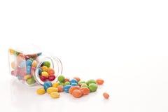 Caramelle multicolori su un fondo bianco Fotografia Stock Libera da Diritti
