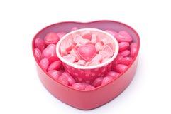 Caramelle rosa del cuore in tazza ed in scatola di forma del cuore per il biglietto di S. Valentino d fotografia stock libera da diritti