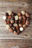 Caramelle su fondo di legno grigio, cuore Fotografie Stock Libere da Diritti