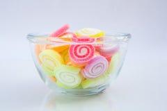 Caramelle variopinte della gelatina in ciotola Fotografie Stock Libere da Diritti
