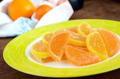 Caramelle variopinte della gelatina dei dolci festivi sotto forma di fette dell'agrume, coperte di zucchero Fotografia Stock
