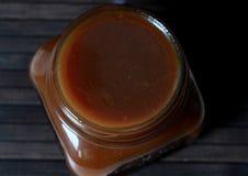 Caramello salato in un barattolo di vetro Fotografia Stock