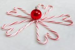 Caramelo Cane Hearts y ornamento rojo de la Navidad Imagen de archivo libre de regalías