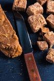 Caramelo caseiro tradicional do caramelo, corte em cubos dos quadrados Fotografia de Stock Royalty Free