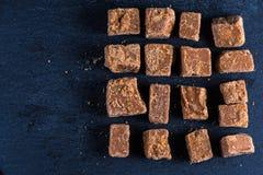 Caramelo caseiro tradicional do caramelo, corte em cubos dos quadrados Imagens de Stock Royalty Free