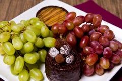 Caramelo, chocolate e uvas Fotografia de Stock
