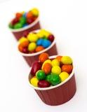 Caramelo colorido aislado en la taza de papel Fotos de archivo libres de regalías