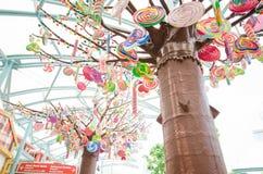 Caramelo colorido en árbol en el parque del sentosa, Singapur Foto de archivo libre de regalías
