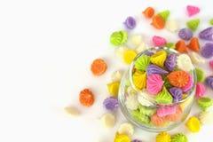 Caramelo colorido en el platillo de cristal y el cuenco aislados en el backgr blanco imagen de archivo