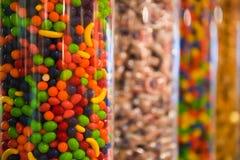 Caramelo colorido en envases Imagen de archivo