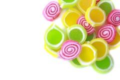 Caramelo colorido rayado en el fondo blanco imágenes de archivo libres de regalías
