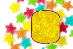Caramelo colorido rayado en el fondo blanco foto de archivo