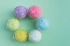 caramelo de algodón colorido en taza plástica Fotografía de archivo libre de regalías