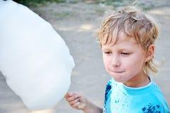 Caramelo de algodón de la explotación agrícola del muchacho Imagen de archivo