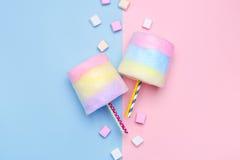 Caramelo de algodón multicolor Melcochas en colores pastel Estilo mínimo Fondo en colores pastel foto de archivo libre de regalías