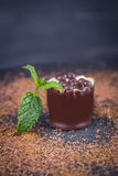 Caramelo de chocolate de lujo hecho a mano con la menta en un fondo oscuro Chocolate delicioso Espacio libre Foto de archivo libre de regalías