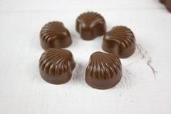 Caramelo de chocolate en la madera blanca Fotografía de archivo libre de regalías
