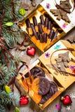 Caramelo de chocolate, fruta cítrica escarchada, naranjas con símbolos de la Navidad Foto de archivo libre de regalías