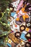 Caramelo de chocolate, fruta cítrica escarchada, naranjas con símbolos de la Navidad Imágenes de archivo libres de regalías
