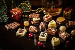 Caramelo de chocolate, fruta cítrica escarchada, naranjas con símbolos de la Navidad Imagenes de archivo
