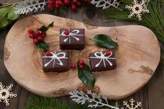 Caramelo de chocolate de la Navidad y bayas rojas fotografía de archivo libre de regalías