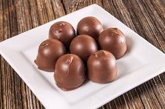 Caramelo de chocolate llenado cereza, plato imagen de archivo libre de regalías
