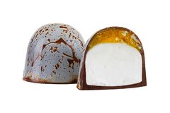 Caramelo de chocolate de lujo del artesano con el relleno de la jalea y de la melcocha de la fruta cítrica aislado en el fondo bl foto de archivo libre de regalías