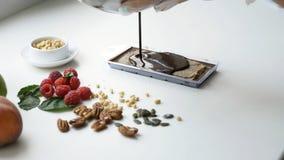 Caramelo de chocolate que derrama na bandeja Processo de cozinhar o chocolate feito home foto de stock