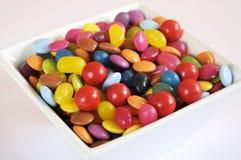 Caramelo de Halloween en cierre del cuenco de la casilla blanca para arriba Fotografía de archivo libre de regalías