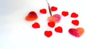 Caramelo de la mermelada bajo la forma de corazones almacen de video