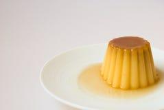 Caramelo de nata en un plato fotos de archivo libres de regalías