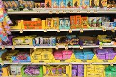 Caramelo de Pascua en estantes del supermercado imagen de archivo libre de regalías