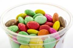 Caramelo del color en taza Imágenes de archivo libres de regalías