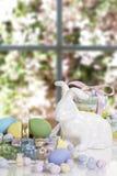 Caramelo del conejo de la cesta de Pascua Fotos de archivo