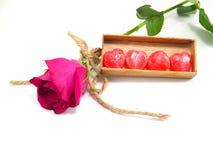 caramelo del corazón del ‡ del ¹ del à en caja con la rosa del rosa en el fondo blanco Fotos de archivo