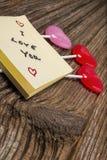 Caramelo del día de tarjetas del día de San Valentín, cojín de la pegajoso-nota en barnwood Imagenes de archivo
