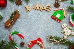 Caramelo del pan de jengibre de la tarjeta de felicitación del fondo del Año Nuevo de la Navidad Foto de archivo libre de regalías