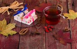 Caramelo del té y de la fruta en una tabla Fotografía de archivo