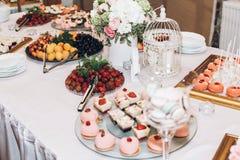 Caramelo delicioso, dulces, magdalenas, estallidos adornadas con las flores en t Imagen de archivo libre de regalías