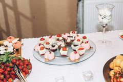 Caramelo delicioso, dulces, magdalenas, estallidos adornadas con las flores en t Fotos de archivo libres de regalías