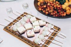 Caramelo delicioso, dulces, magdalenas, estallidos adornadas con las flores en t Fotografía de archivo