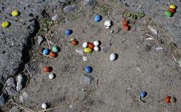 Caramelo en el camino dispersado ocasional imagen de archivo libre de regalías