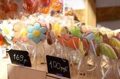 Caramelo en un palillo, vendiendo el pan de jengibre, dulces coloridos Fotos de archivo libres de regalías