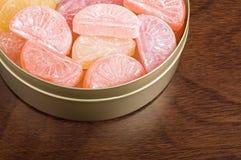 Caramelo en una lata. Imagen de archivo libre de regalías