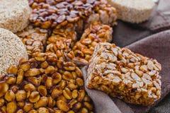 Caramelo mexicano tradicional de Palanqueta con los cacahuetes crujientes imagenes de archivo