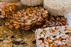 Caramelo mexicano tradicional de Palanqueta con los cacahuetes crujientes y las semillas del amaranto fotografía de archivo libre de regalías