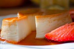 Caramelo ou torta de fruta clássica de nata um fim acima do tiro fotografia de stock